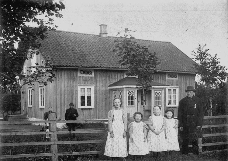 Segolstorp. Med flickorna står farfadern Jonas Larsson f. 5/12 1825, d. 3/6 1906 Nämndeman och häradsdomare, gifte sig 1856 med Britta Jonsdotter, som bodde i Segolstorp. Foto: Gunnar Berggren/Västergötlands museum.