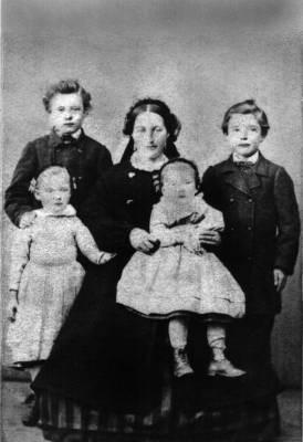 Carolina-Wilhelmina-Josefina-med-barn