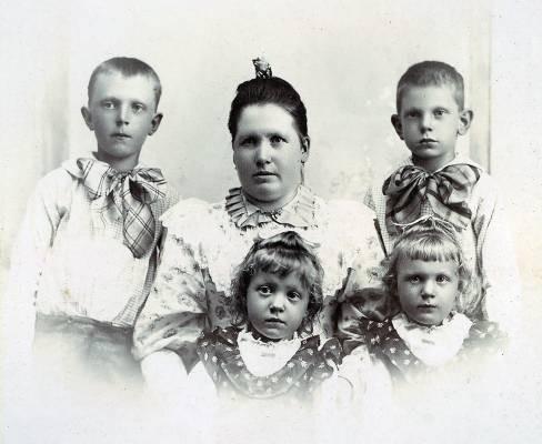 Fru-Woodstrm-med-barn-SMALL
