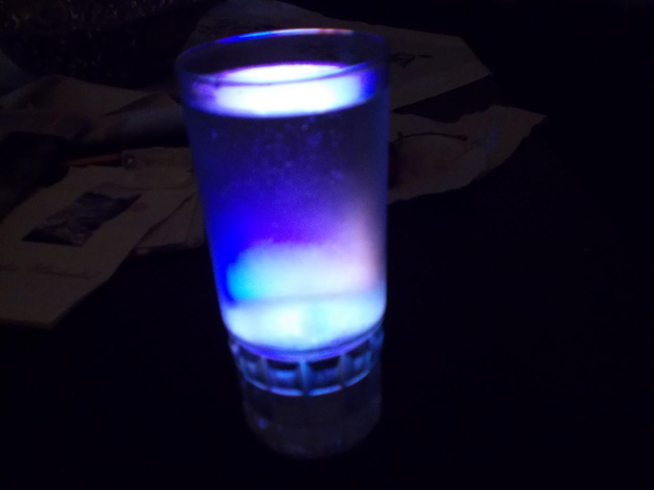 Ett-glas-sodavatten-och-en-upplyst-mobilskrm