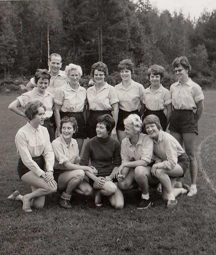 323ebf97ca7 Syfabriken Gefa AB:s damlag 1963, föregångaren till Öxabäcks, som senare  kom att bli första laget att bli svenska mästare. Bild från Öxabäck IFs  museum.